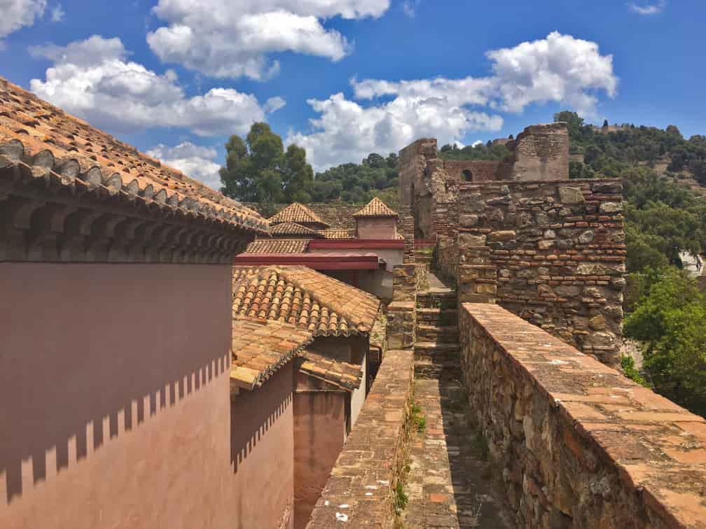 adarve de la muralla que rodea el recinto superior