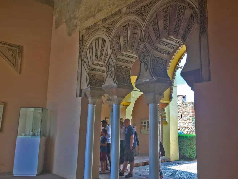 triple arqueria de herradura del palacio taifa